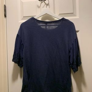 Navy tee shirt loose sleeves